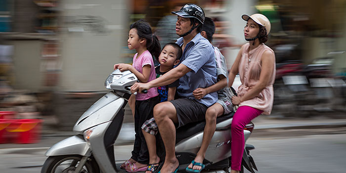 Fotoinspiración para turistas – La familia numerosa en Vietnam viaja en moto