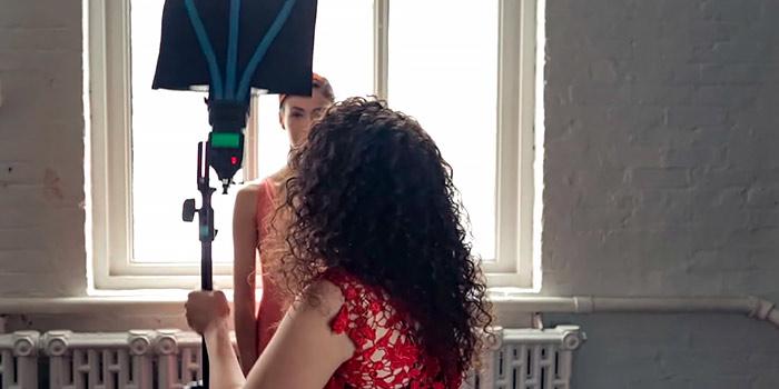 Esquema de iluminación para un retrato glamuroso con un solo flash de mano y un reflector