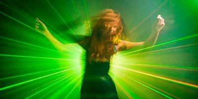 Iluminación efecto discoteca: fotografiar rayos láser en estudio